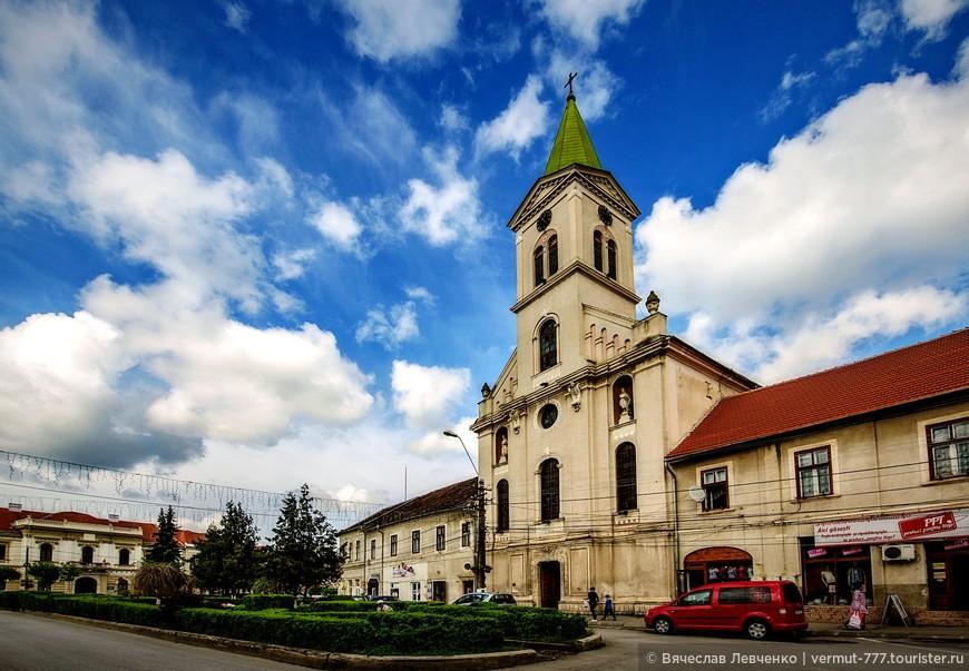 Римско-католический собор, памятник архитектуры барокко. Алтарь, сделанный в 1735 году, является работой известных мастеров Billinger Augustine и Wolfgandg Stegner из Вены.