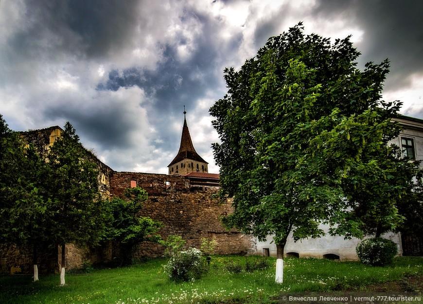 Нынешнюю крепость строили в два этапа. Археологические исследования показывают, что 1 этап строительства был реализован в XIV веке, хотя в местных легендах укрепления появляются ещё до татарского нашествия 1241 года. Предполагается, что скорее всего, изначально  здесь построили  не крепость, а укреплённую церковь, похожую на другие укреплённые церкви Трансильвании.