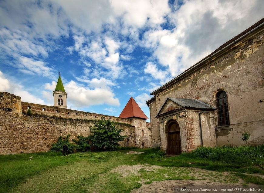 Внутренний двор крепости. Второй этап строительства крепости, то как сегодня выглядит крепость Аюд, состоялся в XVI-XVII веках.