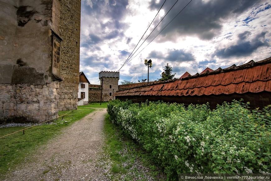 Крепость занимает площадь приблизительно 3500 кв. метров. Она была построена из камня, известняка, толщина стен 1,2 метра, высотой 7-8 метров.