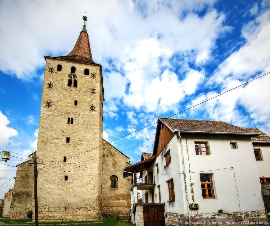 Кальвинистская церковь  («Большая Церковь»), построенная в позднем готическом стиле архитектуры в конце XV века, это церковь с тремя нефами, с полигональной апсидой и с башней расположенной на западной стороне. Высота башни 64 метра, в XV веке была одной из самых высоких в Трансильвании. У башни была и военная роль, сохранились бойницы и окошки для стрельбы из луков, а позже из огнестрельного оружия.