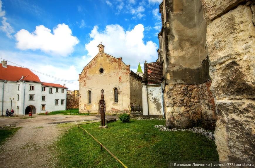 На снимке, прямо,  Евангелическая Лютеранская Церковь, воздвигнутая во второй половине XIX века, на месте древней католической капеллы 1334 года. Капелла была разрушена в 1865 году.