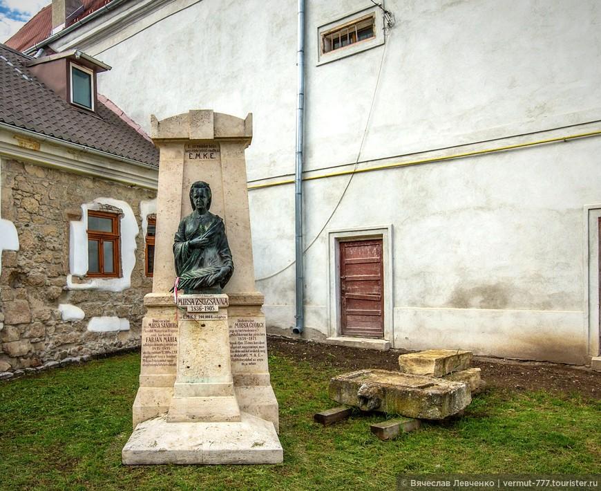 Памятник Сузане Миксе, деятельнице венгерской культуры.