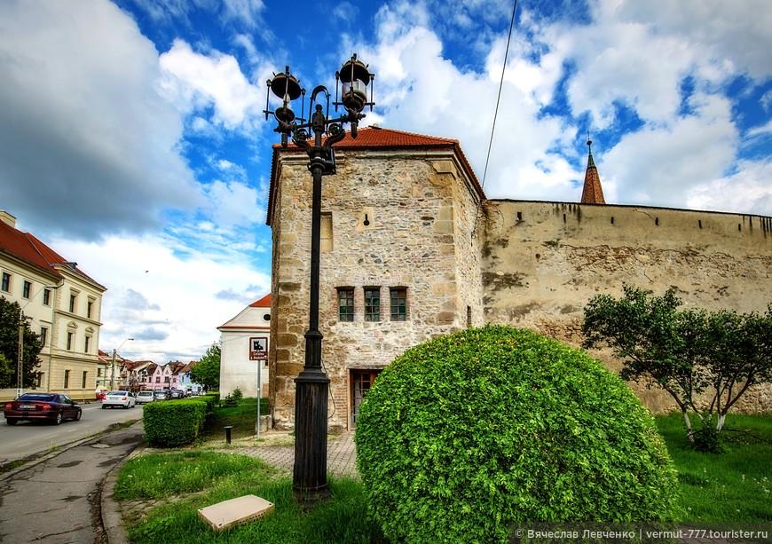 Сама крепость, в современном виде, выглядит, во всяком случае, снаружи, вполне достойно. Она многое повидала на своём длинном веку и понятное дело, в последние годы представляет собой, скорей, огромный памятник, тем событиям, которые разворачивались под её стенами.