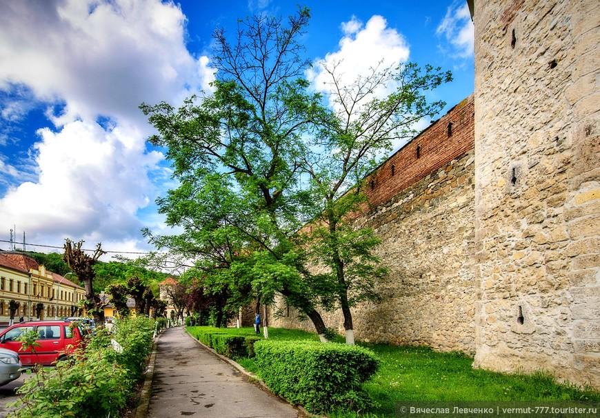 Прогулка вокруг крепости, знакомство со зданиями, расположенными внутри, заняла немного времени, но внесла некоторое разнообразие в наше путешествие.
