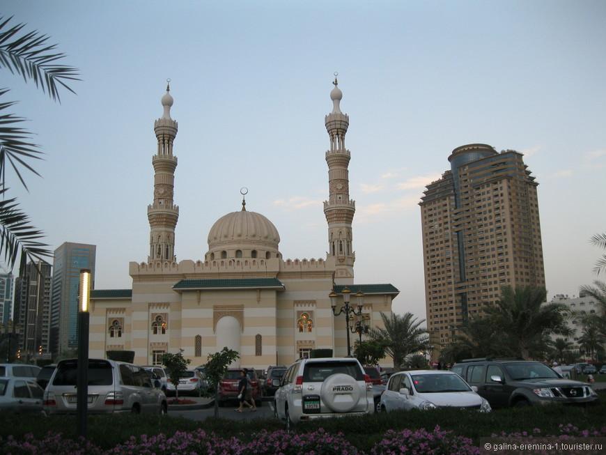 Шарджа, мечеть на берегу лагуны Халид