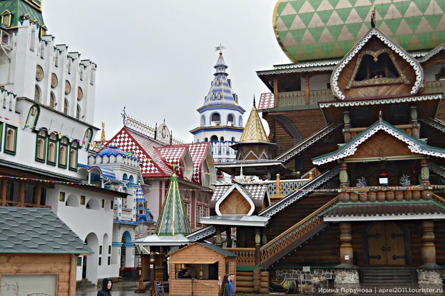 Внутренние дворики Кремля очень уютны, здесь прекрасно сочетаются каменные и деревянные постройки.