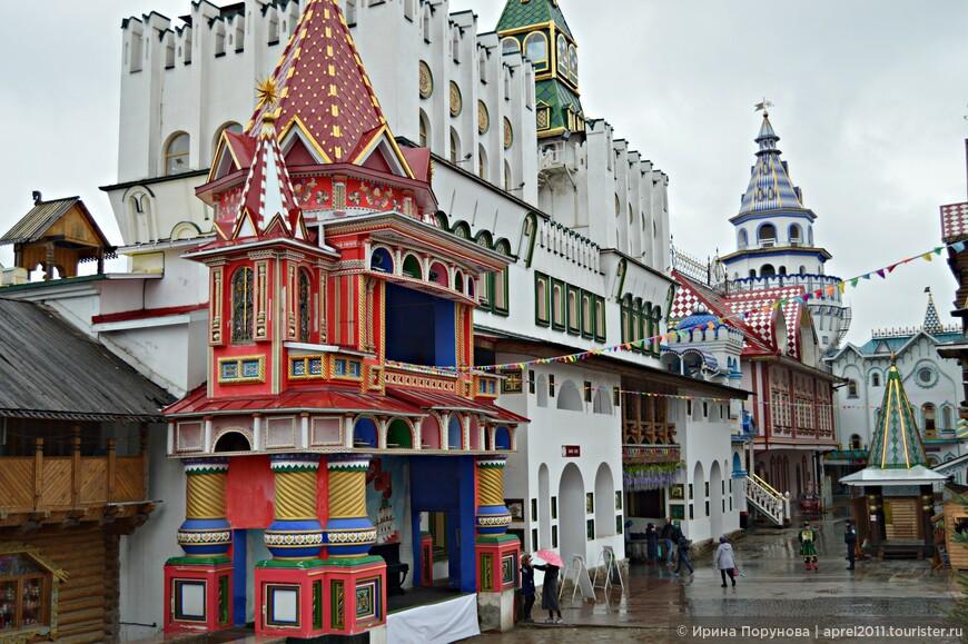 Не смотря на дождливую и пасмурную погоду, находясь на территории Кремля, переполняет ощущение радости и праздника.