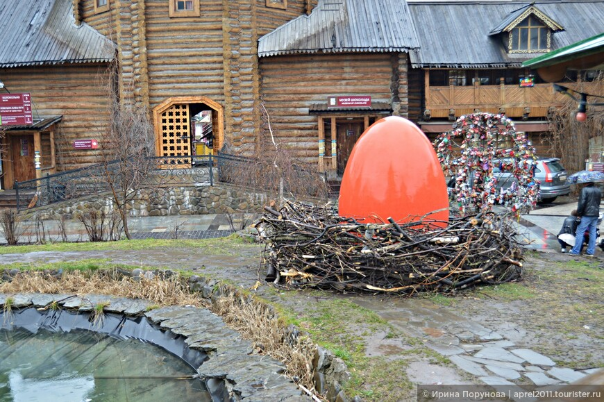 Пасха уже прошла, но на территории до сих пор расположены объекты, напоминающие о празднике.