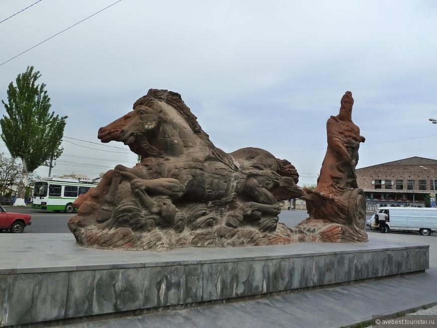 """Эребуни́ (Ирпуни́, Ирепуни́, Эревуни, Эревани урартск. URUer-bu-ú-ni], арм.Էրեբունի)— древний город государства Урарту, развалины которого расположены на холме Арин-Берд в Ереване в Армении. Эребуни был основан царём Урарту Аргишти I в 782 году дон.э. в качестве опорного пункта для закрепления урартов в Араратской долине. В связи с тем, что Эребуни располагался внутри Еревана, а также благодаря возможной этимологической связи слов «Эребуни» (читается так же как """"Эревуни"""") и «Ереван» (""""Эреван""""), Эребуни отождествляют с Ереваном, считая 782 год дон.э. годом основания Еревана. После упадка города в IV веке до н. э., вплоть до III века н. э. нет данных, указывающих на существование значимого поселения на месте Еревана. Город вновь начинает застраиваться лишь с III века н. э. в 2-х километрах к северу от Эребуни, но уже с формой """"Эреван"""". Журналом «Forbes» поселение было включено в список «9 самых древних крепостей мира» <noindex><noindex><a href=""""https://www.tourister.ru/go?url=https://ru.wikipedia.org/wiki/%D0%AD%D1%80%D0%B5%D0%B1%D1%83%D0%BD%D0%B8"""" class=""""ext_link"""" target=""""_blank"""">https://ru.wikipedia.org/wiki/Эребуни</a></noindex></noindex>"""