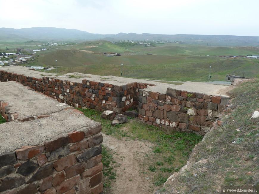 """Фундаменты стен у основания не имели расширения, как у более поздних урартских построек, например, в Тейшебаини. Кирпичи изготовлялись из глины с добавлением (для прочности) мелкорубленой соломы, аналогично другим урартским и месопотамским сооружениям. Кирпичная кладка тщательно перевязывалась, для этого использовались кирпичи двух размеров: прямоугольные 32,3×47,4×12,5 см и квадратные 47,4×47,4×12,5 см. Для кладки использовался глиняный раствор. Стены были оштукатурены глиной с примесью мелкорубленой соломы. <noindex><noindex><a href=""""https://www.tourister.ru/go?url=https://www.smileplanet.ru/armenia/erevan/krepost-erebuni/"""" class=""""ext_link"""" target=""""_blank"""">https://www.smileplanet.ru/...</a></noindex></noindex>"""