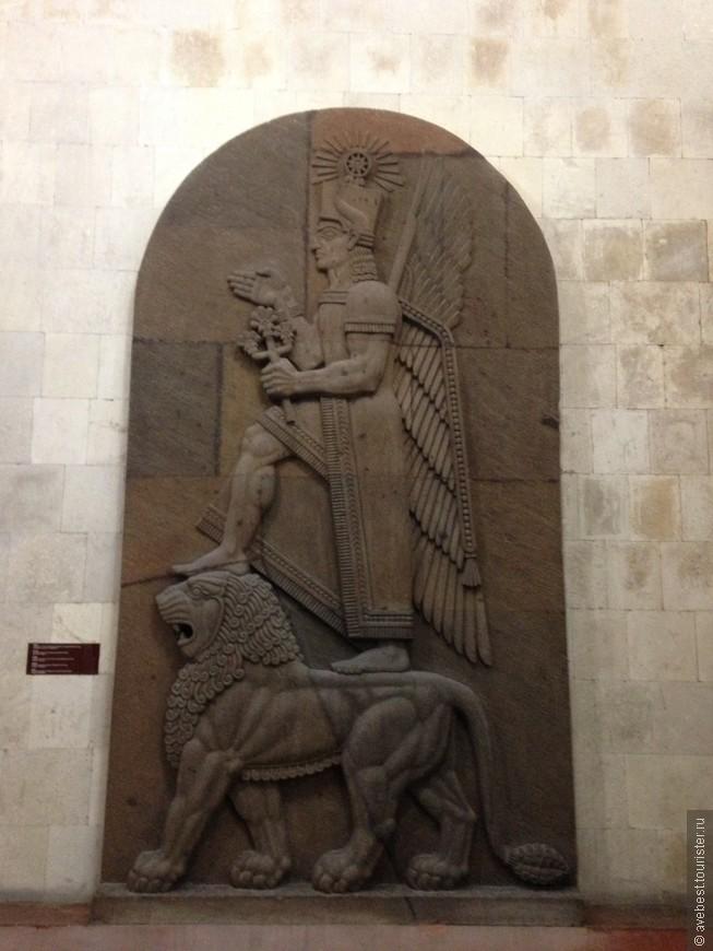 Между названиями Эребуни и Ереван слышно явное созвучие, поэтому многие ученые склонны считать, что Эребуни - это и есть древнейший Ереван. Гипотеза не лишена истины – точно известно, что здесь жили люди, и что они называли свой город почти так же, как сейчас называется столица Армении.
