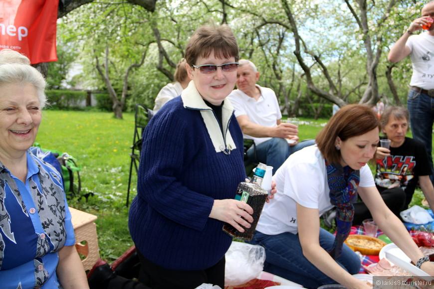 Ирина ( IrinaAnanyeva ) разливала по стаканчикам изумительную домашнюю настоечку из чернослива ( специально приготовленную для этой встречи по сложной технологии!).