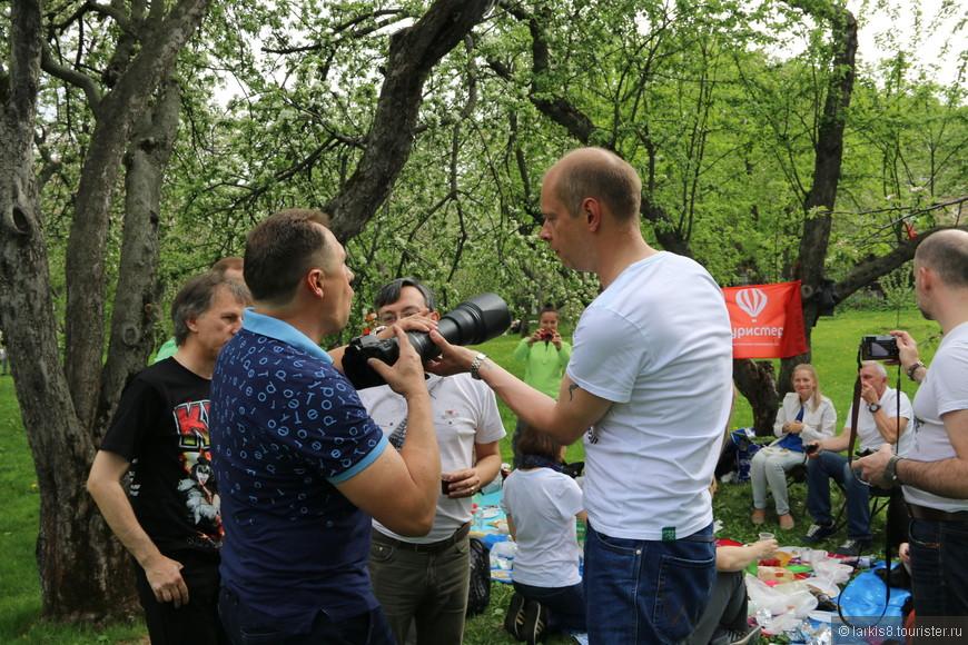 Он мастерской рукой профессионала показал Вадиму, как надо обращаться с такими объективами.