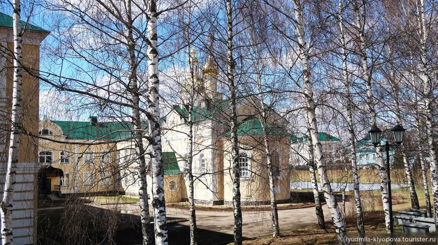 Здесь же — новая больница, устроенная в здании школы, построенной в советский период. До революции на этом месте находилось монастырское кладбище.