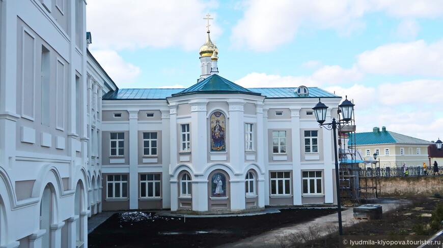 На территории, обведённой Канавкой, реставрируются старые и возводятся новые корпуса монастыря.