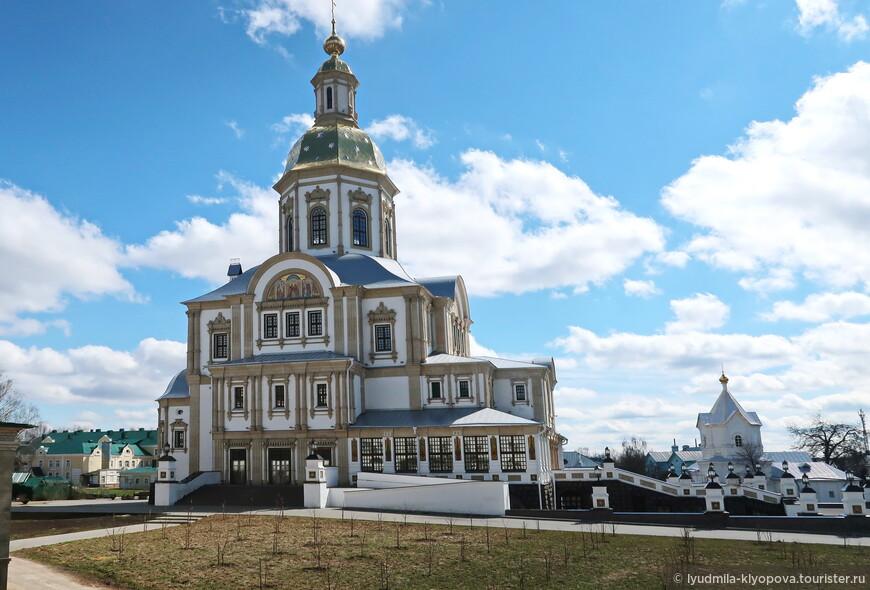 За архитектурную основу нового собора взят храм московского Заиконоспасского монастыря — это стиль, близкий к русскому барокко, характерный для начала 18 века, в котором выстроен первый дивеевский собор — Казанский.