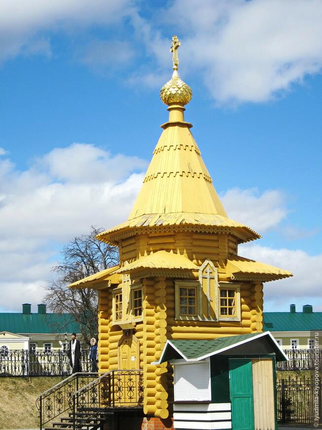 В монастыре есть ещё несколько мест, связанных с пребыванием здесь Серафима Саровского. Это прежде всего небольшая часовня, восстановленная к 250-летию со дня рождения святого по старинным фотографиям и описаниям. На месте этой часовни обосновалась вторая дивеевская обитель – Мельничная (мельница была построена в 1826 году),  в ней сначала было лишь восемь монахинь. В 1895 году на месте мельницы была поставлена часовня. Рядом некрасивая палатка. Здесь продают мешочки с сухариками в память о том, что монахини каждому паломнику давали горсть муки.