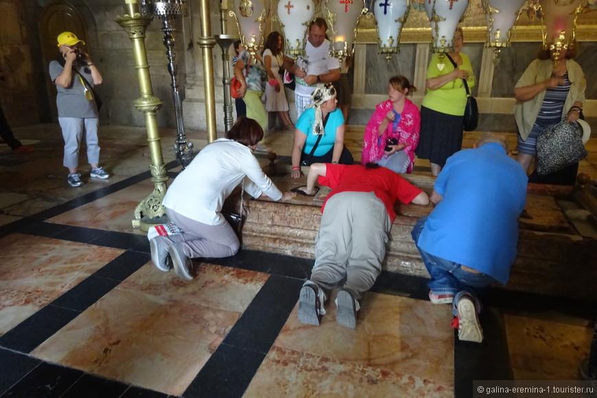 Иерусалим, в Храме Гроба Господня, камень Миропомазания