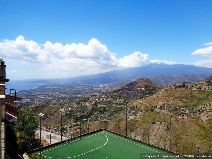 Вдали видна грозная Этна - вот такая она огромная!