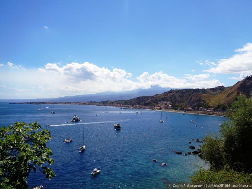 Вид с дороги на Джардини Наксос и вдали под тучами Этна