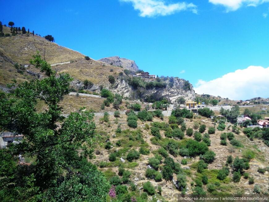 Кастельмола находится на вершине горы на высоте 550 метров над уровнем моря