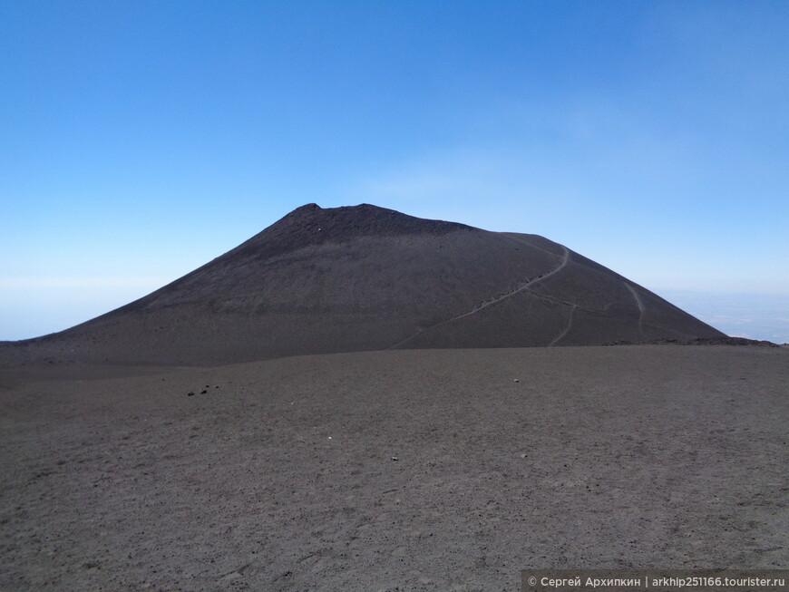 Один из кратеров наверху Этны