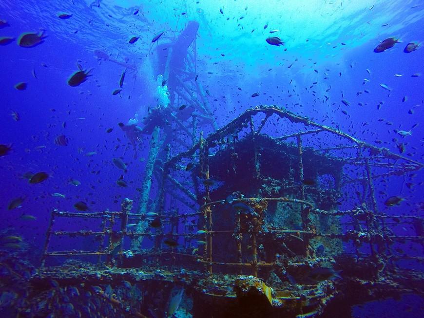 """Рубка и мачта затопленного корабля """"Чанг""""."""
