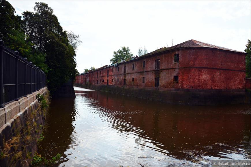 Обводной канал, который и выведет нас к Морскому собору. Справа - бывшие провиантские склады Адмиралтейства.