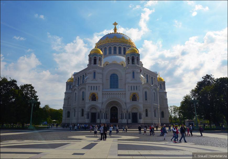 И вот мы уже на Якорной площади, любуемся роскошным  Никольским Морским собором.