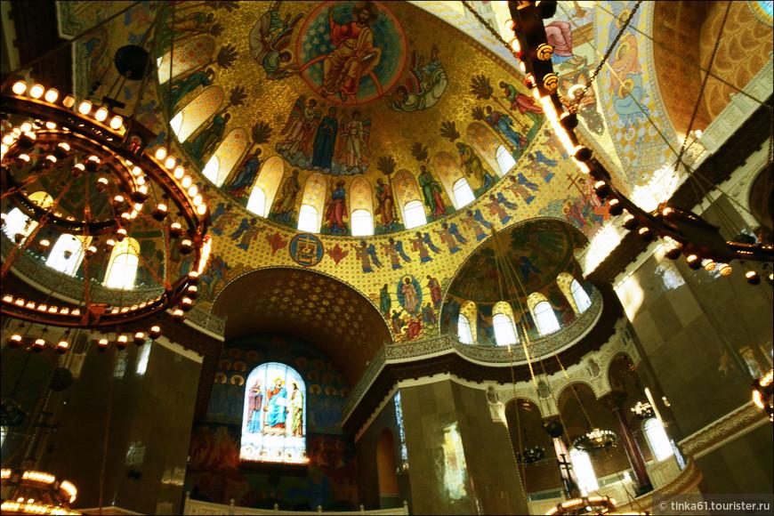 Церковное убранство сочетает в себе морские элементы и православную символику.