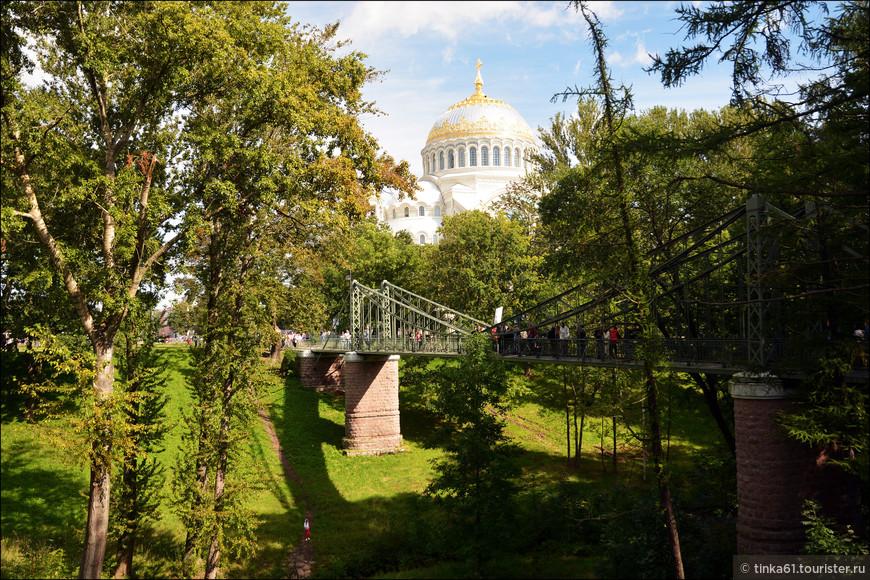 Макаровский мост с ажурной боковой конструкцией. Мост назван по имени кораблестроителя, исследователя и адмирала Степана Макарова, памятник которому установлен напротив Морского собора.