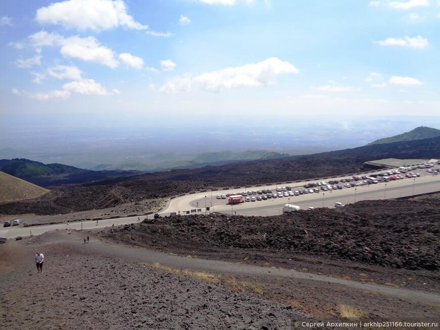 Вид на стоянку автомобилей с кратера Сильвестри