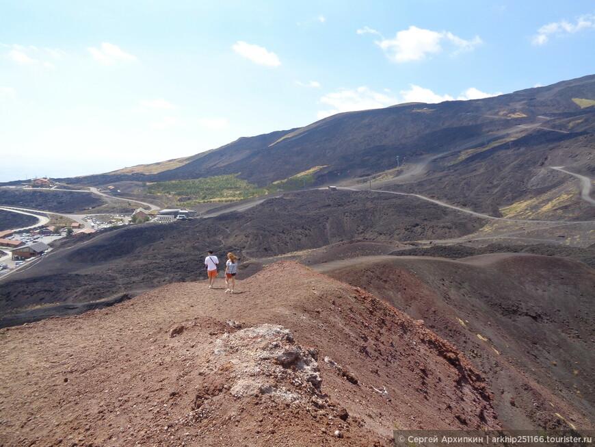 На верху кратера Сильвестри -Этна- вдали видна площадь на которой расположена канатка и остановка автобуса