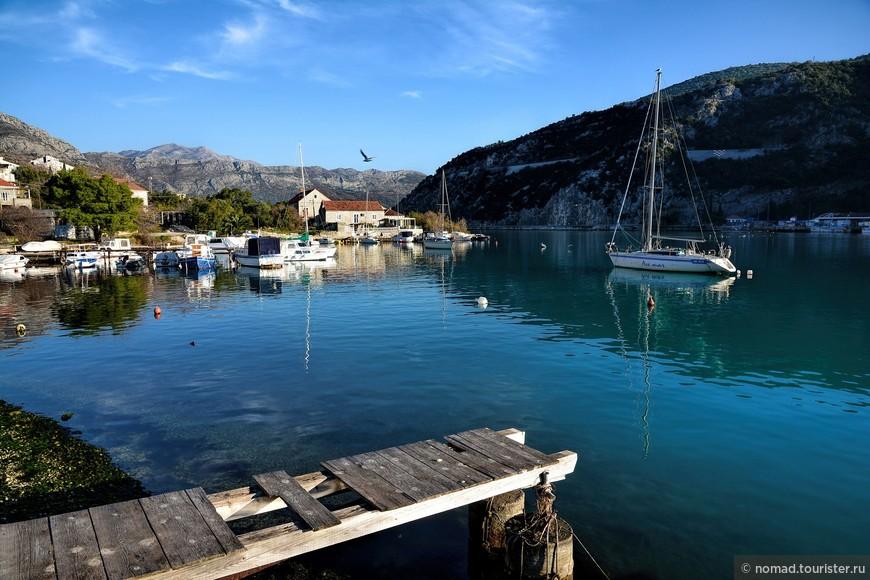 """Следующие места, где можно поискать птиц, это небольшие заливы, которыми так славится Балканское побережье. Тут надо искать """"добычу"""" и на воде, и на деревьях и кустах, растущих вдоль заливов. Это фотография залива ведущего к городу Рожат рядом с Дубровником."""