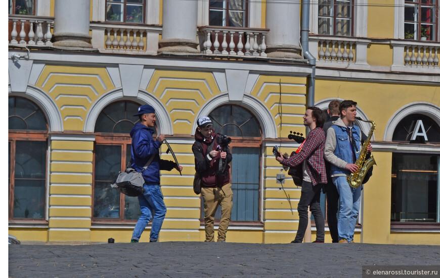 Они стоят на театральном мостике и посылают звуки музыки прямо по ветру, чтобы он подхватил и отнес на простор! Кажется у них получается.