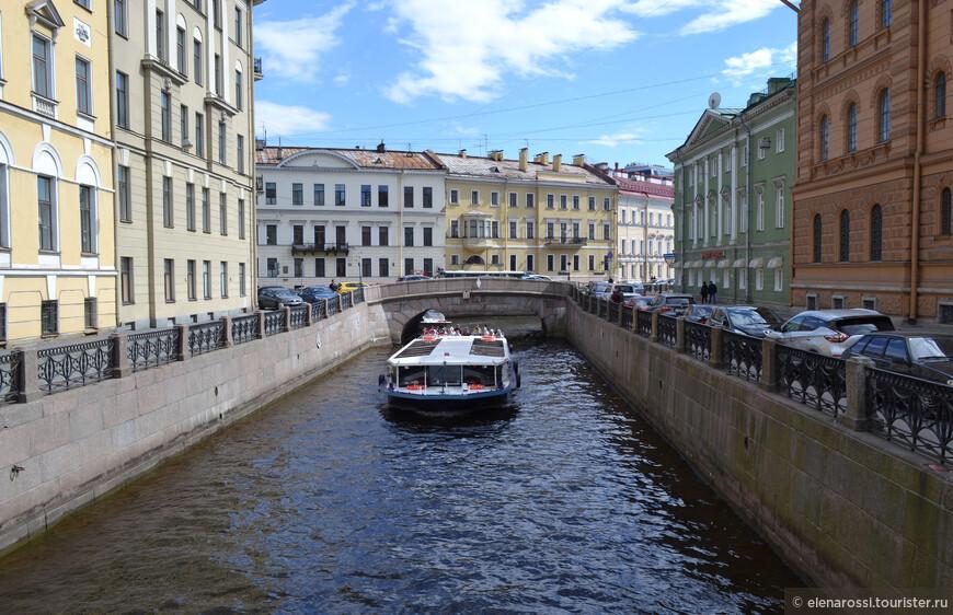 Повсюду слышатся призывы прокатиться по рекам и каналам. И как не воспользоваться такой возможностью! Царь-Петр для того и город возвел, чтобы по нему не ходили, а плавали. Даже мосты не строил - приучал...