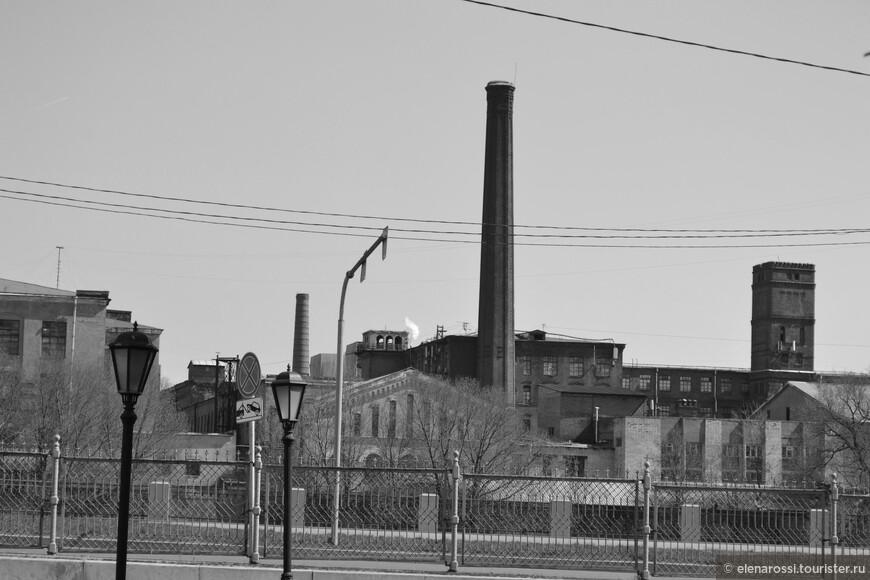 """Это тоже Питер - пролетарский, рабочий. В таких районах ковалась революция. В своем  детском стихотворении я когда-то писала: """"фабричные трубы в грязных робах, курили черным дымом длинных сигарет"""". Сегодня дымов и смога в Питере хватает и без этих труб."""
