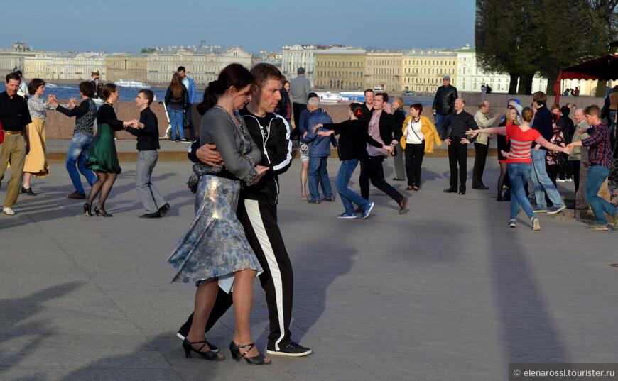 """Кто-то танцует легко, а кто-то очень старается, будто работает и очень хочет, чтобы """"работа"""" получилась!"""