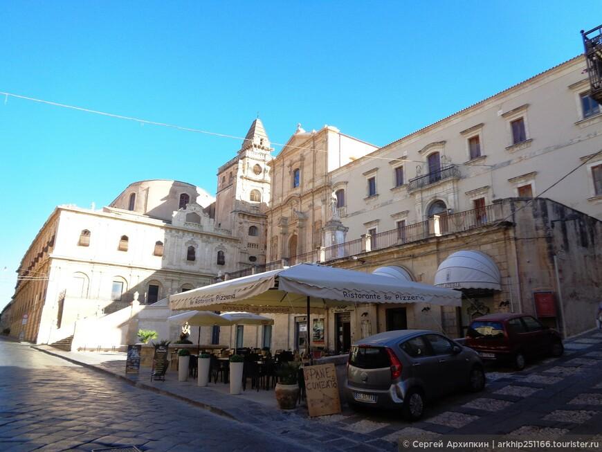 От ворот Ното протянулась прямая улица Корсо Витторио Эммануэле - это главный променад города