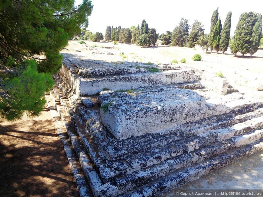На этом алтаре приносили жертву богам - в один из дней было принесено 450 быков!