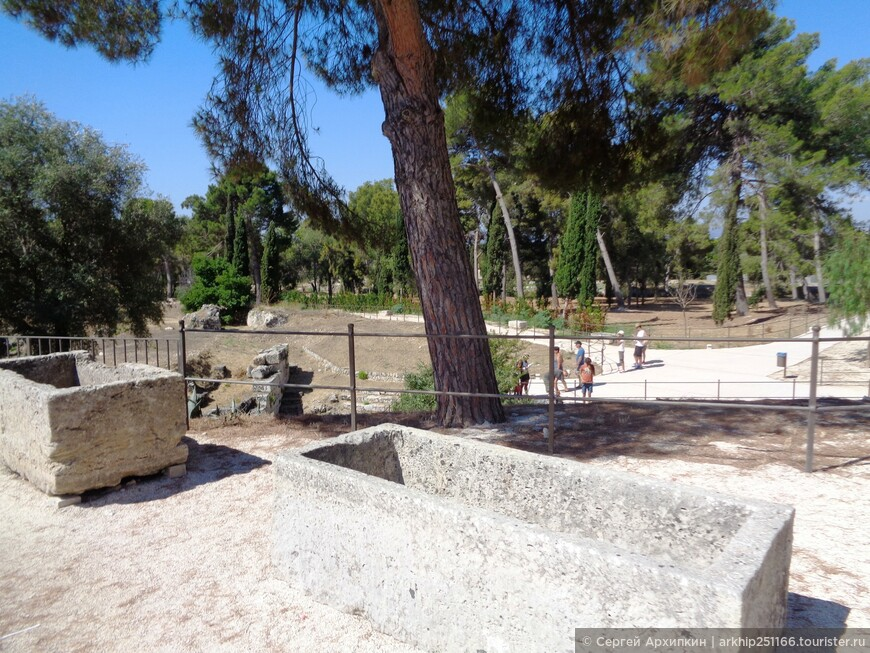 Остатки древнегреческих гробниц- именно греки основали Сиракузы в 734 году до нашей эры