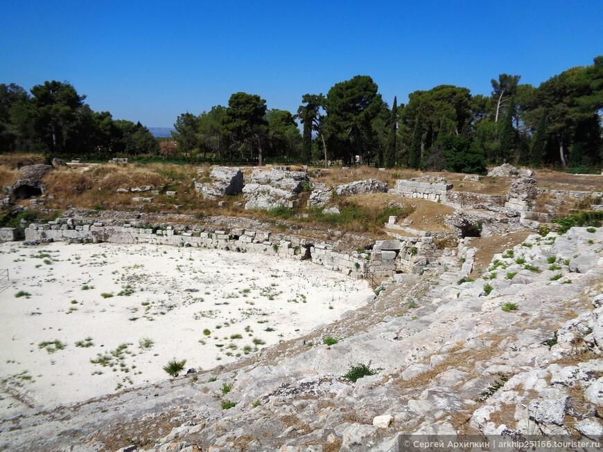 Амфитеатр был построен в 1 веке до нашей эры и был вырублен в скале