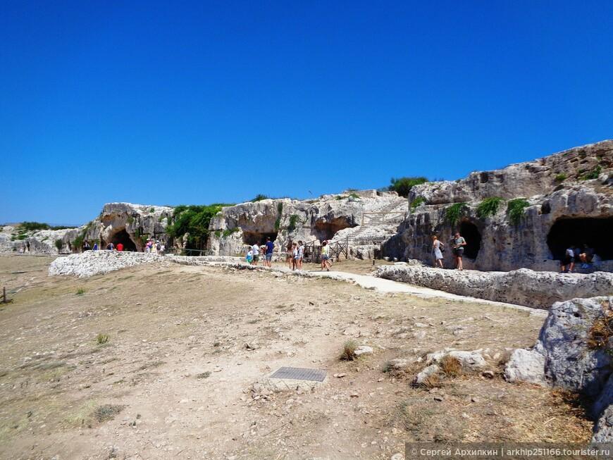 Наверху театра находятся древние каменоломни