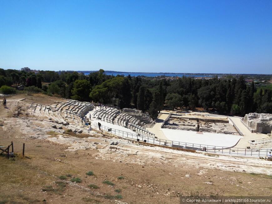 Вид от каменоломен на древнегреческий театр, который был построен в 5 веке до нашей эры