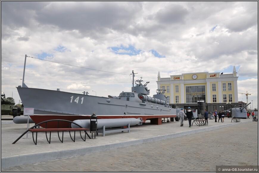 Макет торпедного катера «Комсомолец», такие принимали участие в Великой Отечественной войне. За ним - модель рубки средней дизельной подводной лодки типа «Щука» и корабельная пушка.