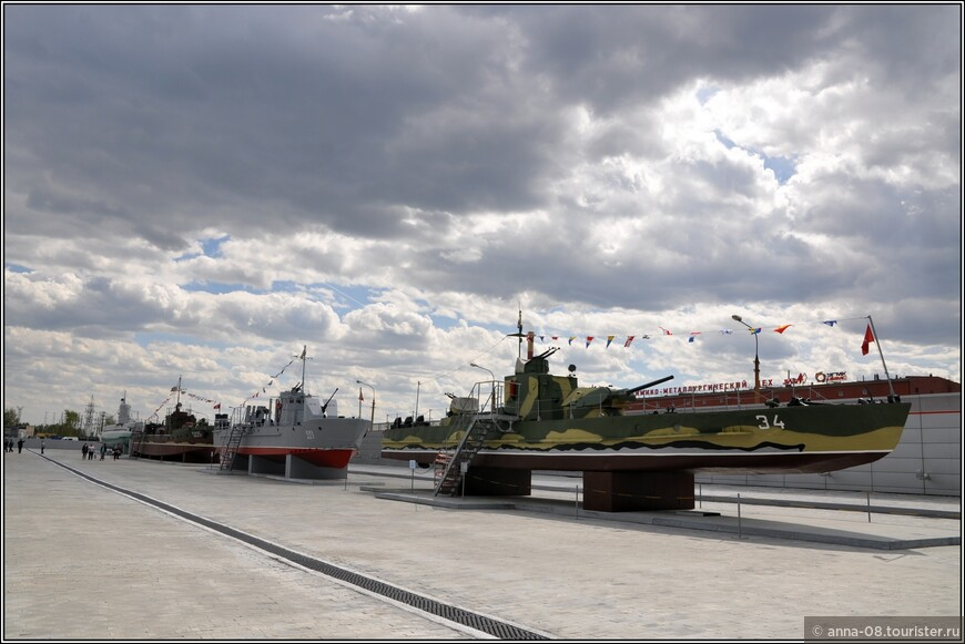 Справа налево: Малый речной бронекатер пр.1125. Спущен наводу в 1942 году на заводе №340 г.Зеленодольск. Участвовал в боевых действиях в составе Волжской военной флотилии. В 30 октября 1942 года был потоплен при выгрузке раненых в районе Сталинграда. Поднят 2 марта 1944 г. Далее макеты: Бронированного малого охотника БМО пр.194,  бронекатера МБК пр.161, малой дизельной подводной лотдки типа М «Малютка» XII серии. Все применялись во время Великой Отечественной войны.