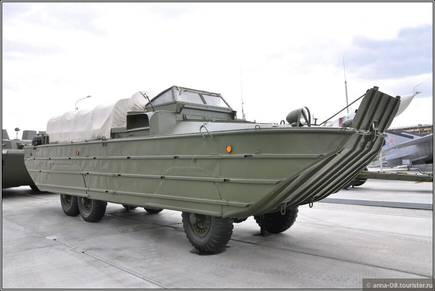 Большой водоплавающий автомобиль GMC DUKW-353