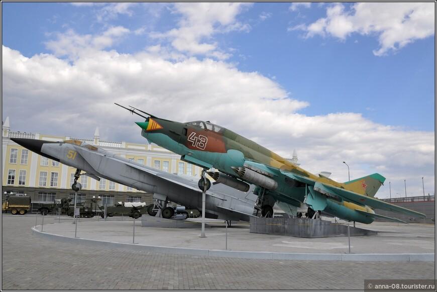 Слева- сверхзвуковой истребитель-перехватчик Миг-31, выпускавшийся в 1979-1994 гг.; справа истребитель-бомбардировщик СУ-22М4, выпускавшийся в 1984-1990 гг.  Боевое применение: воренные конфликты второй половины XX века-начала XXI века.