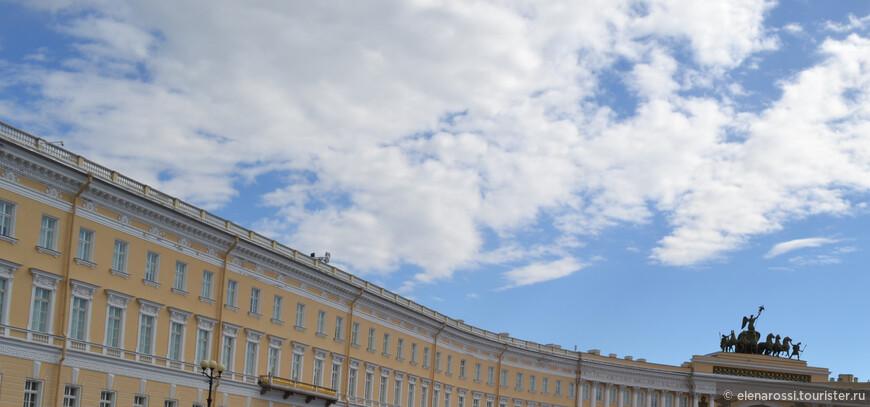Недавно услышала важную мысль - Петербург никогда не боялся пустоты. Петербург - это облачение пустоты! Арка Генерального штаба была построена  К. Росси, как  монумент, посвящённый Отечественной войне 1812 года. Это символ воинской славы. Триумфальная колесница, которую, словно возносит к небу,  шестёрка коней.   В повозке стоит крылатая Ника, простирающая левой рукой штандарт над площадью. В правой руке богини — лавровый венок.  Как много неба!